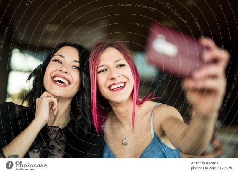 glückliche Frau unter Selbstporträt in bar lächelnd und posieren jung attraktiv 20s Freude Menschen Person Jugend urban Frauen hübsch hübsche Menschen Selfie