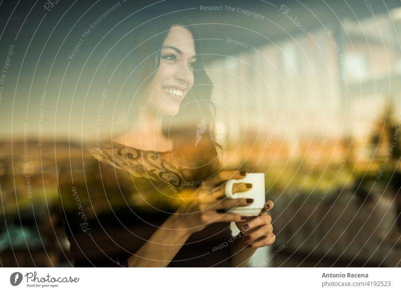 schöne Frau trinkt einen Kaffee beim Blick durch das Fenster einer Bar jung attraktiv 20s Freude Menschen Person Jugend urban Frauen hübsch hübsche Menschen