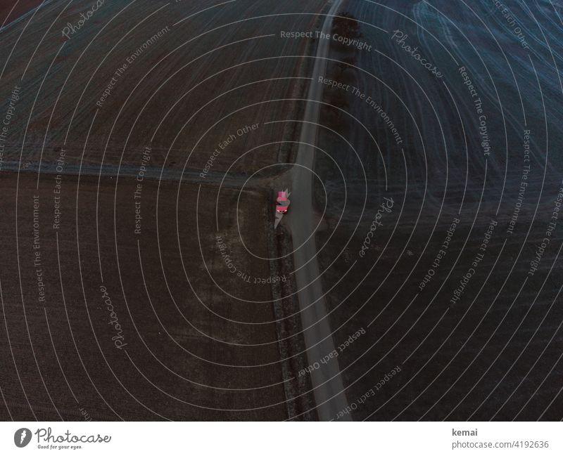 Auto an einem Feldweg von oben rot Luftaufnahme Vogelperspektive Weg Straße Landschaft Wege & Pfade ländlich Parken alleine Weite Leere Spuren