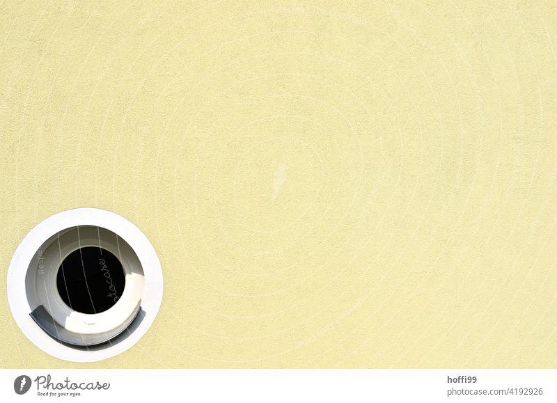 ein rundes Fenster auf gelber Wand rundes fenster außergewöhnlich minimalistisch Minimalismus Architektur modern Fassade Gebäude abstrakt Linie Design Haus