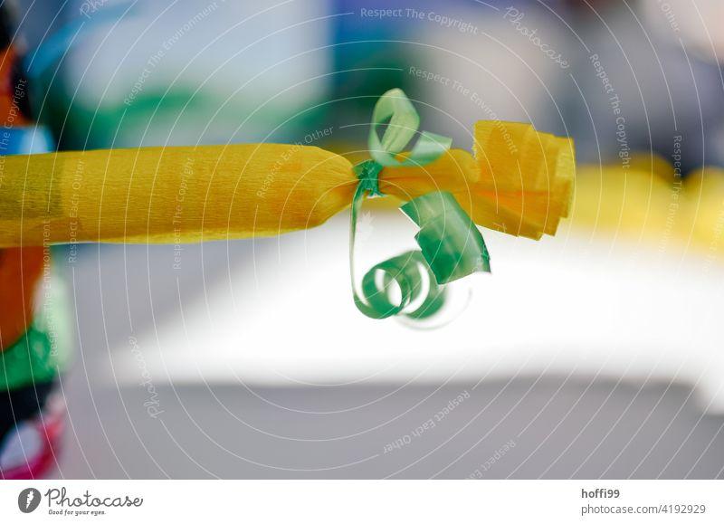 Ein Geschenk oder Knallbonbon Geschenkpapier überaschung gelb grün verpackt Geburtstag Geburtstagsgeschenk Schleife Verpackung schenken Geschenkband Vorfreude