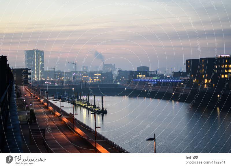 Sonnenaufgang über einem Hafenbecken in der Überseestadt Bremen Liegeplatz Weser Sonnenaufgang - Morgendämmerung Wasser Fluss Anlegestelle Schifffahrt Poller