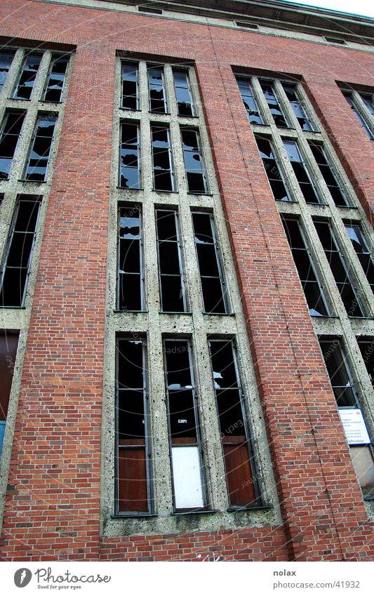 Abrisshaus Fabrik Abrissgebäude Backstein Industrie zerbrochene Fenster