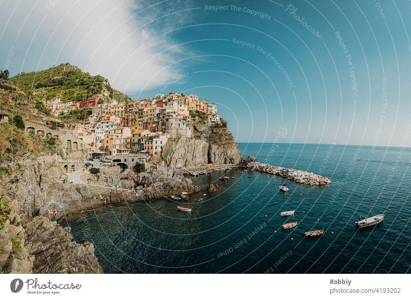 Blick auf Manarola von Cinque Terre Italien La Spezia Urlaub Küste Ferien Südeuropa Tourismus Mittelmeer Küstenstadt Touristenmagnet Urlaubsort Sonne Stadt blau