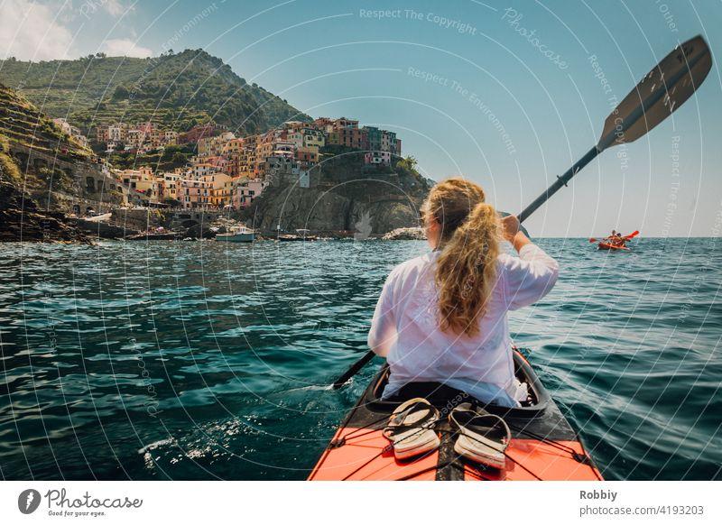 Mit dem Kajak Richtung Manarola von Cinque Terre Italien La Spezia Urlaub Küste Ferien Südeuropa Tourismus Mittelmeer Küstenstadt Touristenmagnet Urlaubsort
