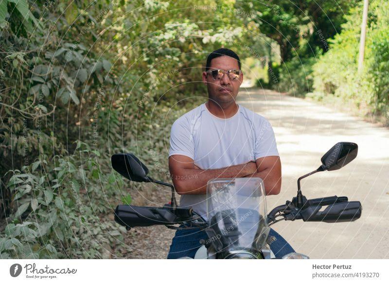 Motorradfahrer mit einem Open-Air-Rennmotorrad Reiter Laufwerk Verkehr Menschen jung Frau Transport Person Mitfahrgelegenheit Sicherheit Fahrzeug Leder