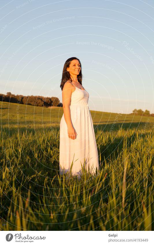 Frau, die auf die Seite schaut und sich auf einer Wiese entspannt. Mädchen Park schön Frühling besinnlich Denken Gedanke Sonne sonnig Sommer Sonnenlicht Natur
