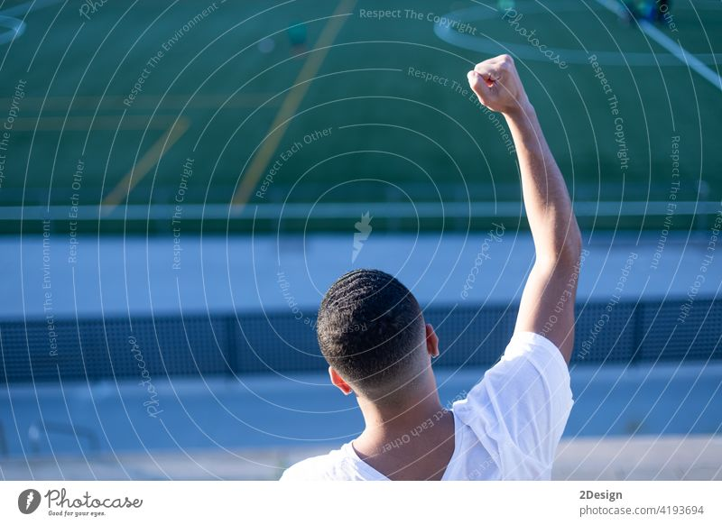 Junger Mann feiert den Sieg auf der Tribüne beim Fußball Bleicher Arme hochgezogen Tor Gewinner männlich Fußballstadion schwarz Freizeit Publikum Sport Erfolg