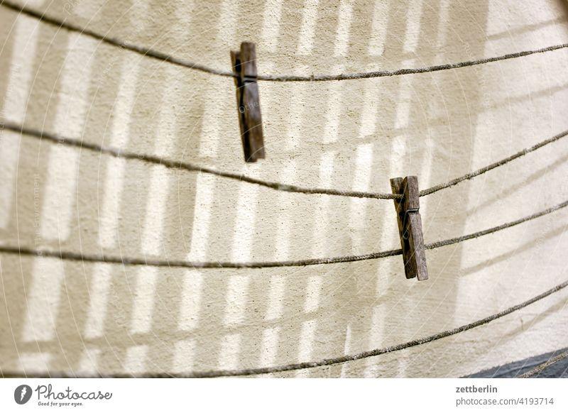 Zwei Wäscheklammern again wäscheklammer zwei paar duo duett wäscheleine wäscheständer leer haushalt licht schatten wand nebeneinander holz verwittert Klammer