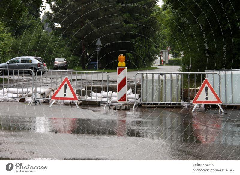 Eine überflutete Straße wurde gesperrt nach Hochwasser im Odenwald nach Starkregen Wolkenbruch Gewitter Klima Klimawandel Warnschild Sperrung Barken