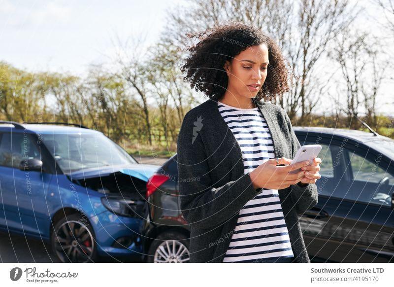 Weiblicher Fahrer kontaktiert Autoversicherung auf Handy nach Verkehrsunfall Frau PKW Unfall Schiffswrack Absturz Versicherung Anspruch Aufruf Telefonanruf