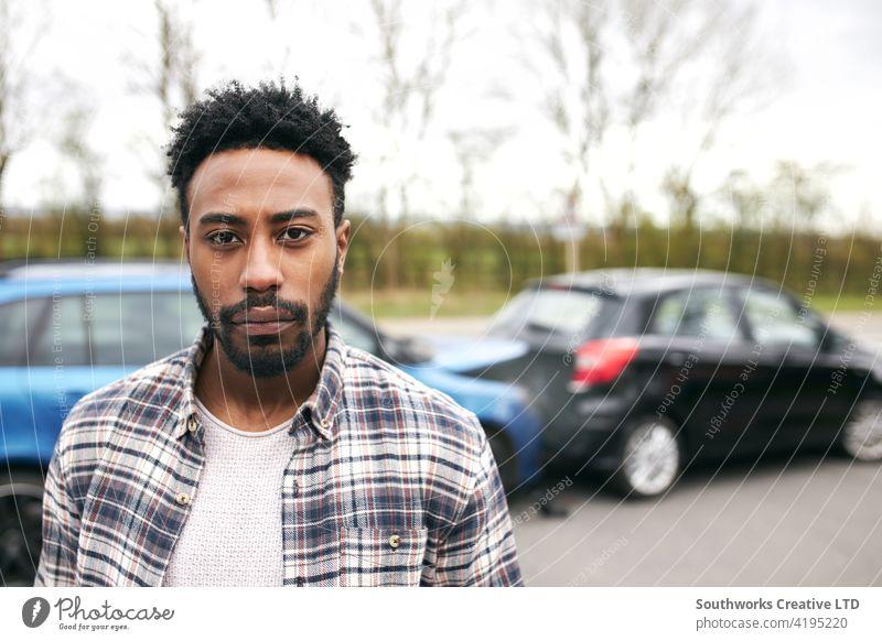 Porträt eines nicht versicherten männlichen Fahrers nach einem Verkehrsunfall mit Verschulden Mann PKW Unfall Schiffswrack Absturz in die Kamera schauen