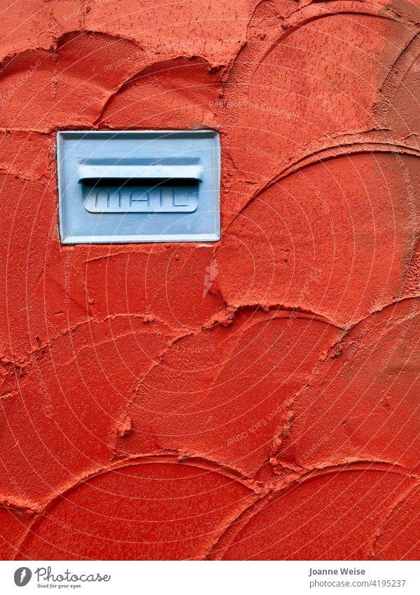 Blauer Briefkasten in roter Stuckwand. Mauer Post rote Wand blau Farbfoto Außenaufnahme Zaun Kommunizieren schreiben Haus Fassade Textfreiraum unten tagsüber