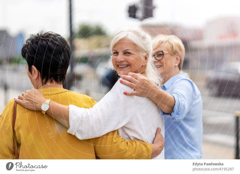 Senior weibliche Freunde haben gute Zeit zusammen Frau Menschen in den Ruhestand getreten Großmutter Freizeit Stehen selbstbewusst attraktiv urban Großstadt