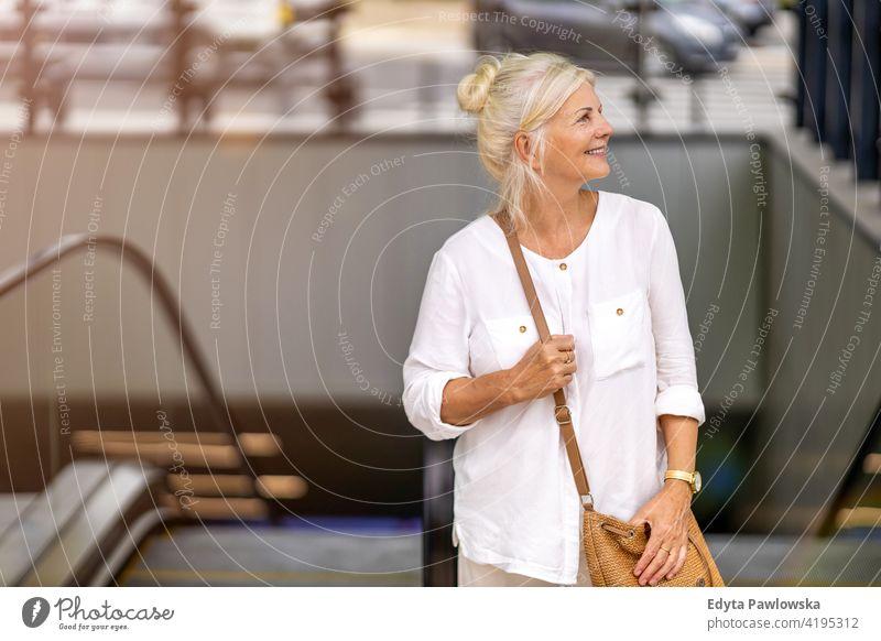 Porträt der älteren Frau lächelnd in der Stadt Senior Menschen in den Ruhestand getreten Freizeit Stehen selbstbewusst attraktiv urban Großstadt Straße positiv