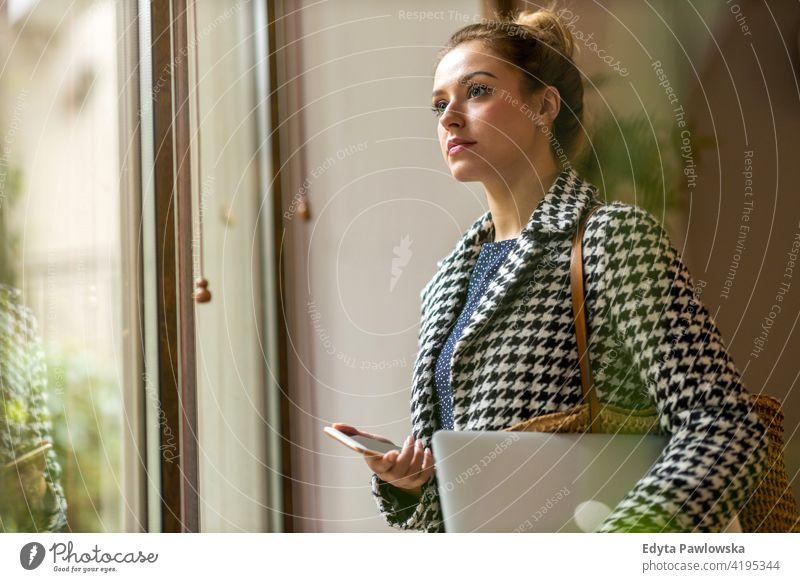 Porträt einer selbstbewussten Geschäftsfrau im Büro Frau Mädchen Menschen Unternehmer Business gelungen Erfolg professionell jung Erwachsener Lifestyle