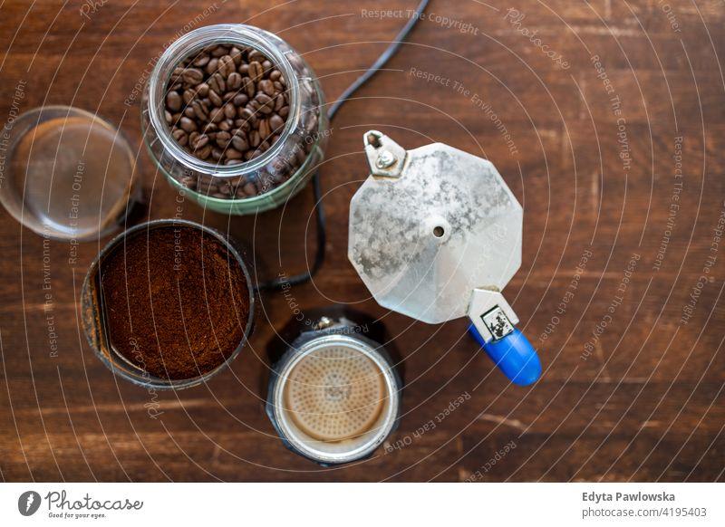 Ansicht von oben auf Kaffeevorräte auf Holztisch Vorbereitung Kaffeemaschine heiß Proviant gebraten Kaffeeernte Café Kaffeebohnen Tasse Kaffee Kaffeepause