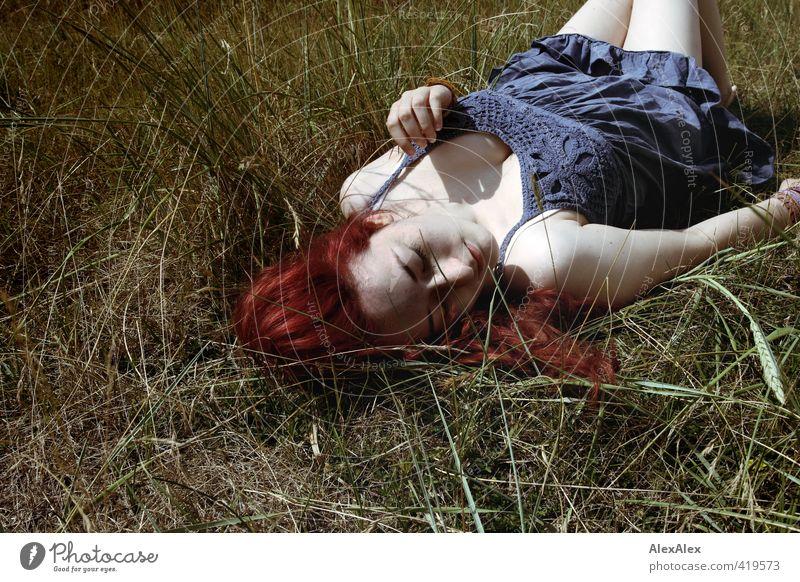 Lumineszenz Glück schön Freiheit Junge Frau Jugendliche Kopf Haare & Frisuren Dekolleté 18-30 Jahre Erwachsene Natur Gras Kleid rothaarig langhaarig