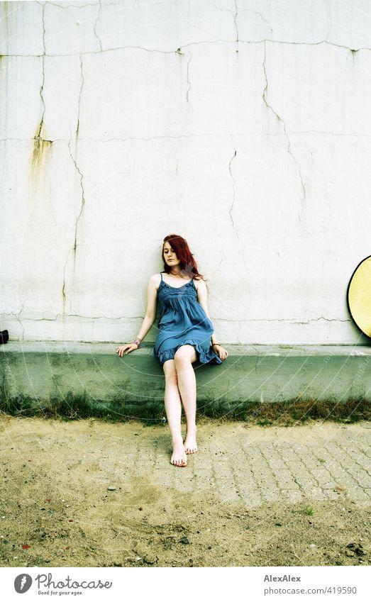 Weitwinkeltückenbild Jugendliche blau schön Landschaft Junge Frau Erwachsene 18-30 Jahre Erotik Gras Sand Beine Arbeit & Erwerbstätigkeit sitzen authentisch Fotografie Ausflug