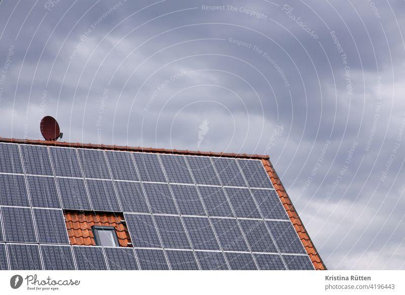 photovoltaikanlage, satelittenschüssel, nicht mehr zu öffnendes dachfenster und bewölkter himmel hausdachanlage pva solargenerator solaranlage solarstromanlage
