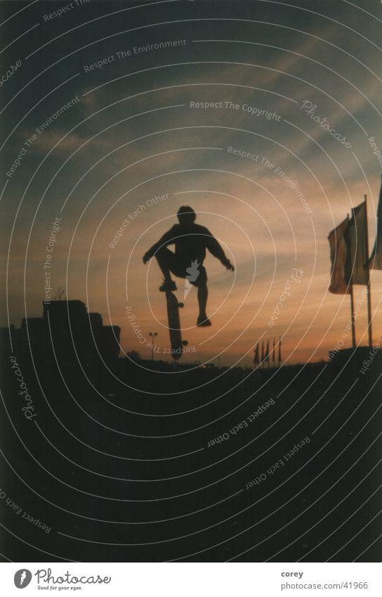 Skateboard Himmel Sport Stil fliegen Skateboarding