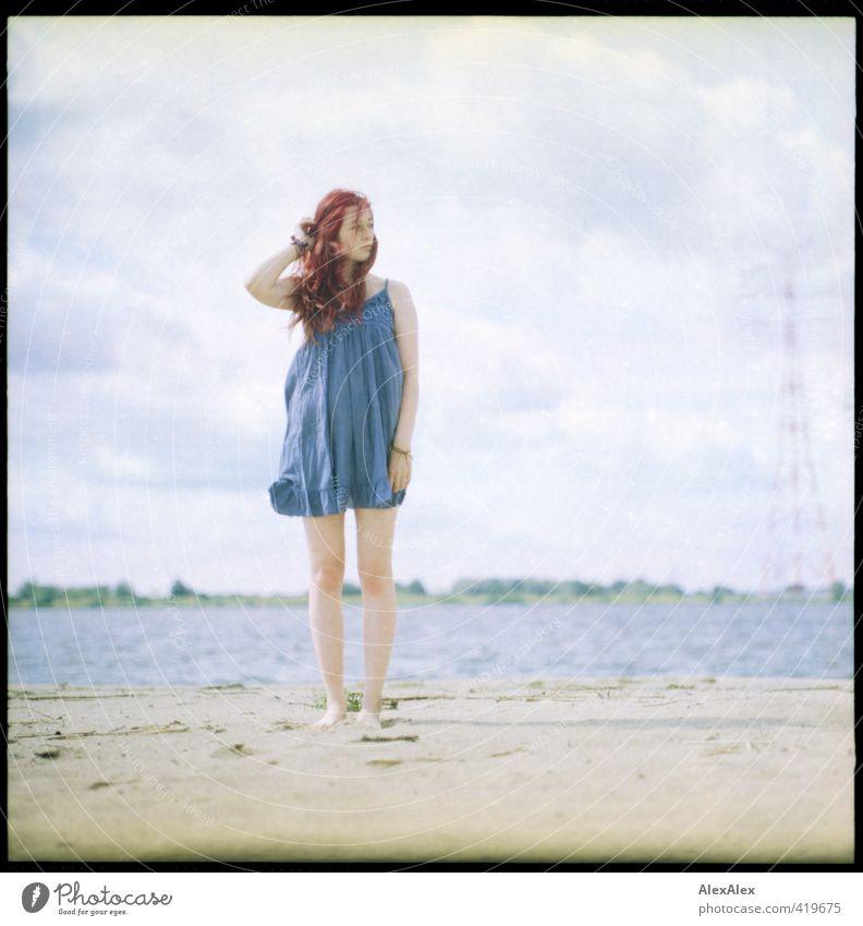 Warten auf den Winter Stil Ausflug Ferne Freiheit Junge Frau Jugendliche Haare & Frisuren Beine 18-30 Jahre Erwachsene Landschaft Flussufer Strand Sommerkleid
