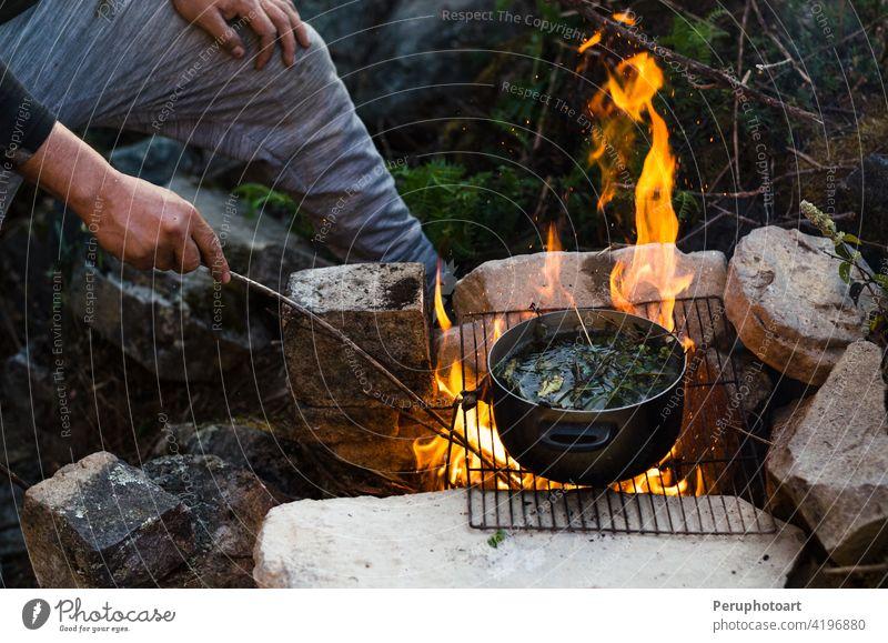 Freunde Camping Essen Essen Konzept. Ein warmes Feuer Sie zu trinken und Lager in den Bergen Freudenfeuer Brandwunde Lagerfeuer Koch Flamme erwärmen heiß Natur