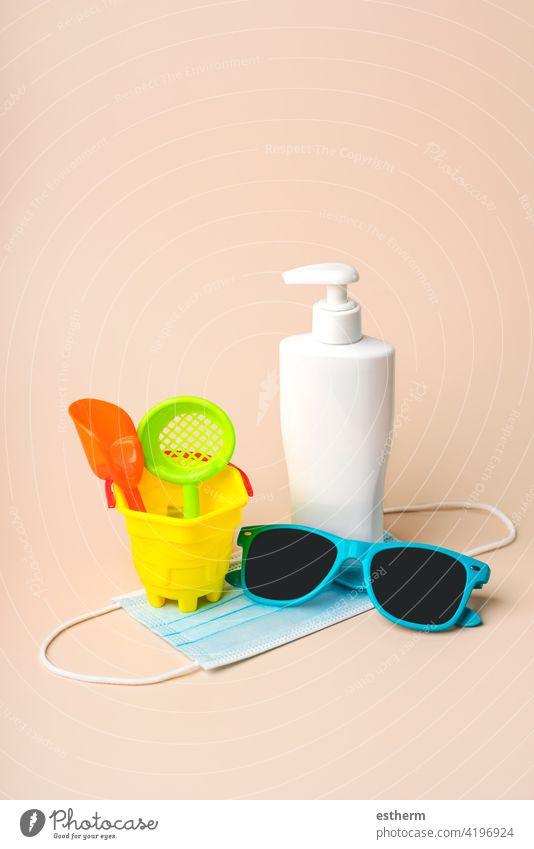 OP-Schutzmaske mit Sonnenbrille, Strandeimer und Plastikflasche mit Sonnenschutzmittel Coronavirus Chirurgische Schutzmaske Sommer Virus medizinische Maske
