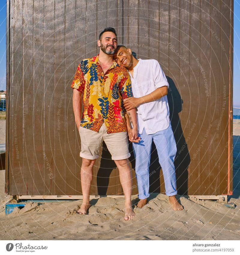 ein schwules Paar am Strand an einem sonnigen Tag Liebe lgtb 25-29 Jahre Paar - Beziehung Leidenschaft Freizeitaktivitäten Teilen