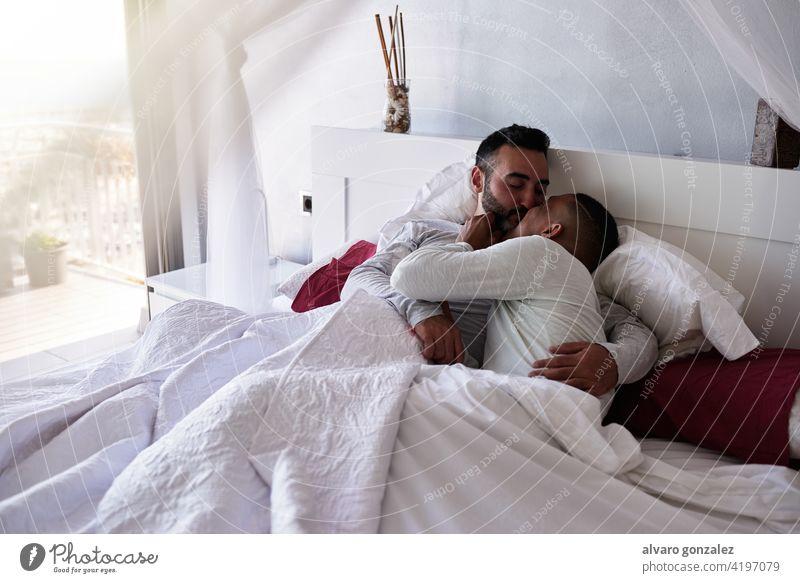 ein interrassisches schwules Paar im Bett Liebe - Emotion Nur für Erwachsene Homosexualität gemütlich Erwachsener Nur Männer häusliches Leben Zwei Personen