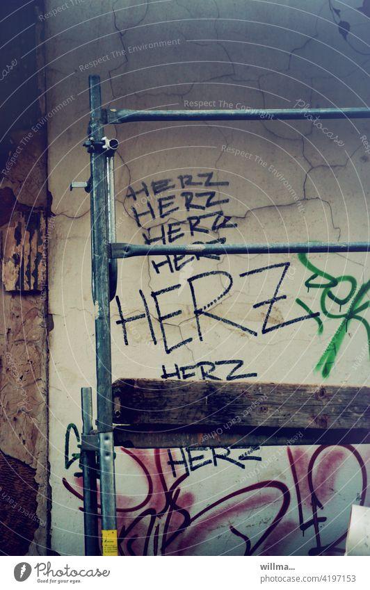 Gerüstbau mit Herz ❤ Baugerüst Wort Text Buchstaben Schriftzeichen Wand Jugendkultur Graffiti Typographie Zeichen Subkultur Fassade Schmiererei trashig Liebe