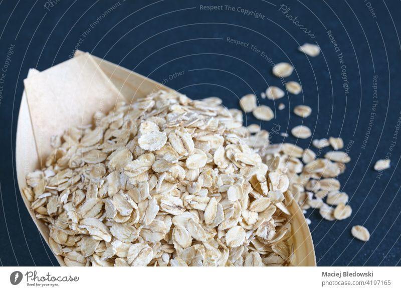 Nahaufnahme von Haferflocken in einer Holzschale, selektiver Fokus. Lebensmittel Schuppen Haferbrei trocknen natürlich roh Frühstück Sehne Gesundheit Müsli