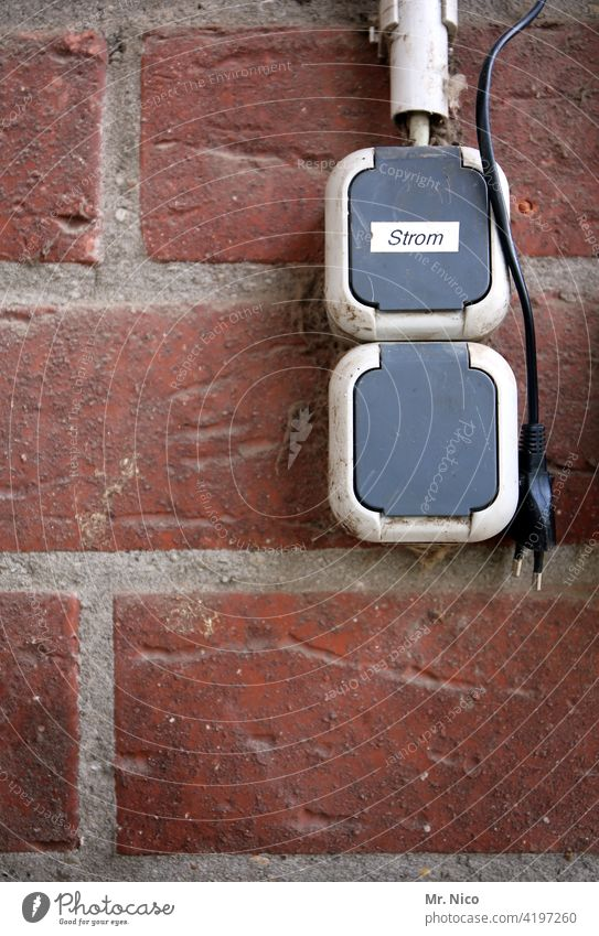 Strom aus der Steckdose Elektrizität Technik & Technologie Stromverbrauch Anschluss Wand Stecker Schilder & Markierungen Energiewirtschaft Mauer Leitung Kabel