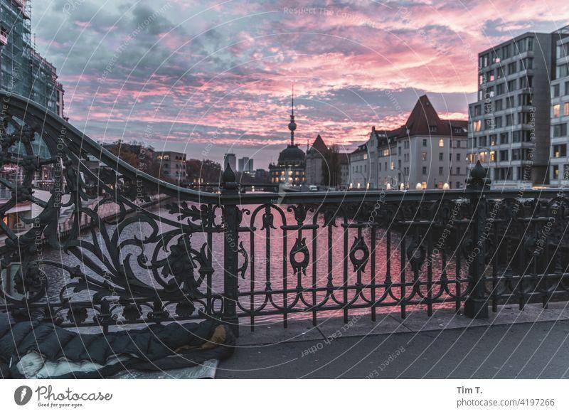 Blick von der Weidendammer Brücke Richtung Fernsehturm. Links unten liegt ein Schlafsack eines Obdachlosen. Berlin Spree Mitte Himmel Hauptstadt Architektur