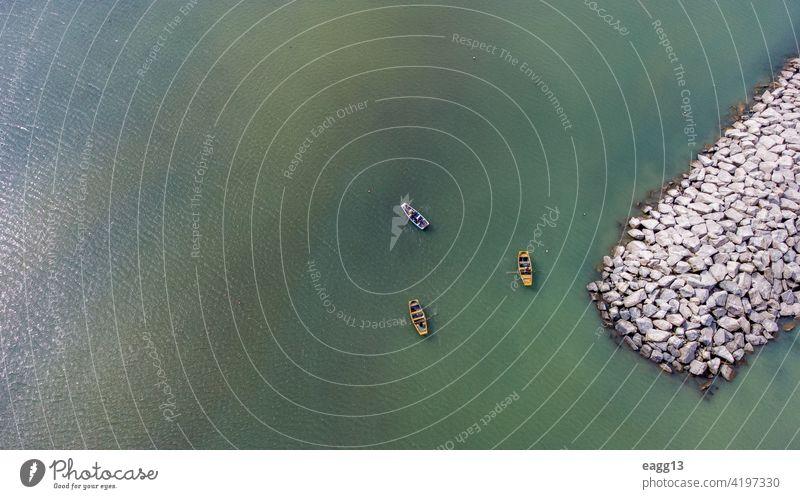 Boote machen Spaziergänge entlang der Meeresküste Aktivität allein Schönheit Windstille ruhiges Meer Kontemplation Tageslicht Öko Fischer Fischen Schwimmer grün