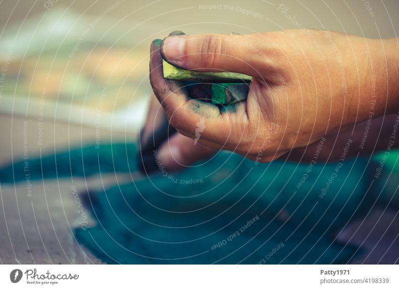 Pflastermaler hält Kreide in der Hand / Detailaufnahme der Hand Pflastermalerei kreidemalerei Kreidezeichnung Straße Strassenmalerei Freizeit & Hobby Kunst