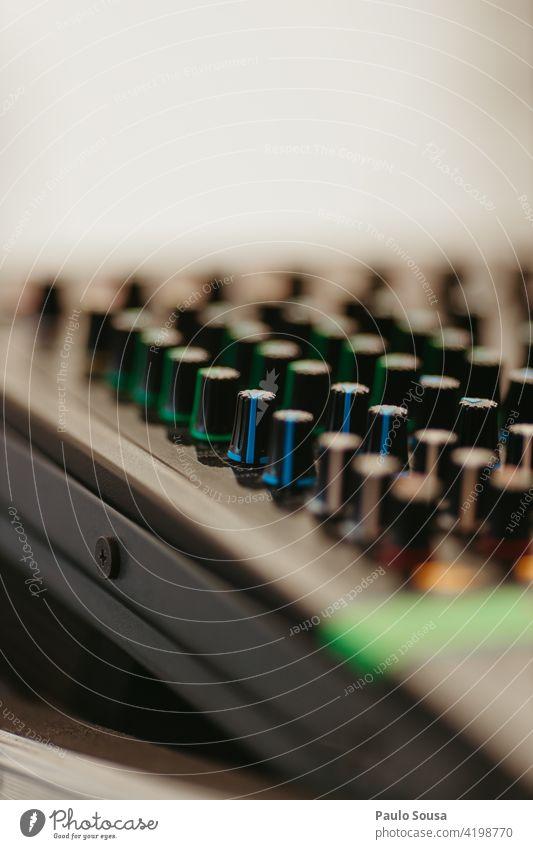 Tonmischer für Nahaufnahmen Klang Musikanlage Mixer Musiker hören Technik & Technologie Farbfoto Aufzeichnen akustisch Audio Entertainment Atelier Holzplatte