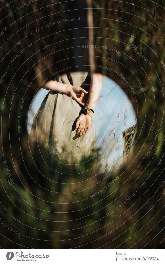 Sanfte Hände des Mädchens. Spiegel Gras Himmel Heu Natur Feld Spiegel im Feld Sommer Farben Teil des Körpers Finger Haut Zotten