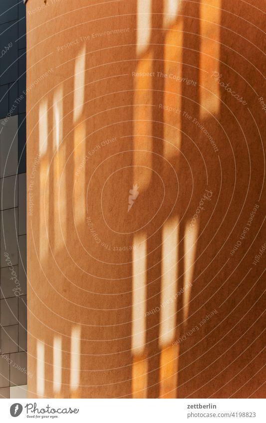 Lichtreflexe an einer Häuserwand architektur berlin büro city deutschland dämmerung hauptstadt haus hochhaus innenstadt mitte modern neubau platz tourismus