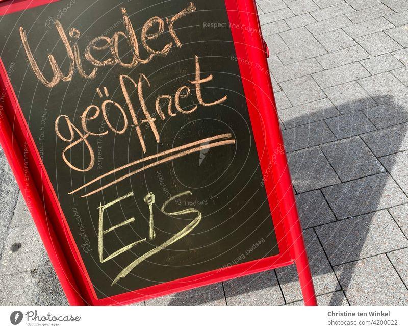 """Aufsteller  vor einer Eisdiele mit der handgeschriebenen Aufschrift  """" Wieder geöffnet / Eis """" Speiseeis wieder geöffnet Schrift Schilder & Markierungen"""