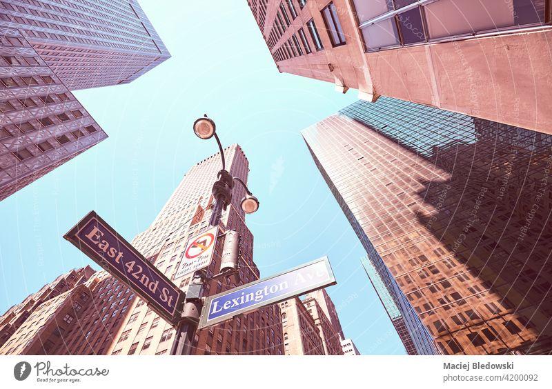 Blick auf Lexington Avenue und East 42nd Street Schilder in Manhattan, farbig getöntes Bild, New York City, USA. New York State Großstadt nachschlagen Straße