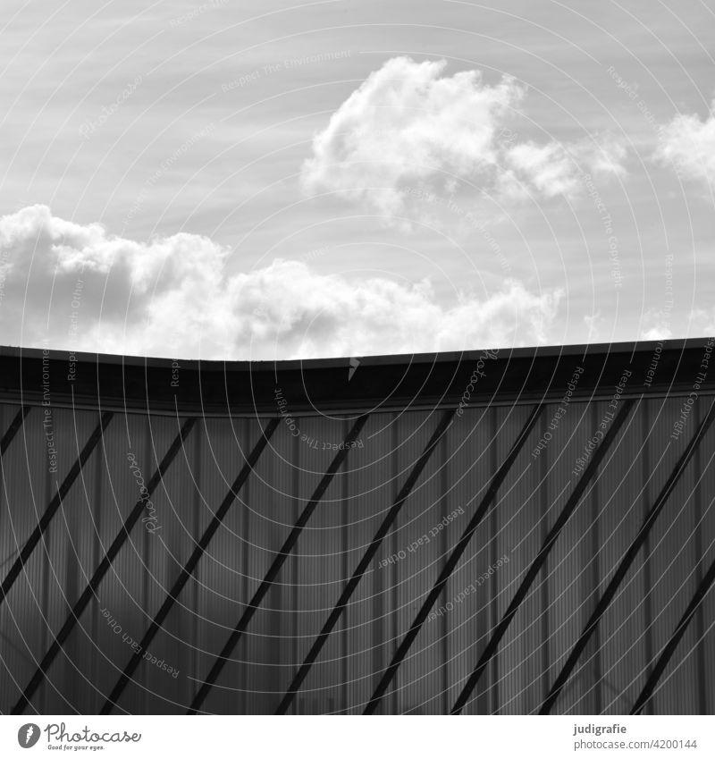 Leichter Himmel über schraffiertem Gebäude Halle Lagerhalle Lagerhaus Industriegebäude produktionshalle Fabrik Architektur Fassade Strukturen & Formen Linien