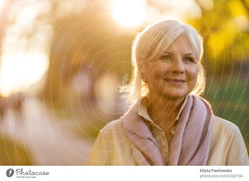 Ältere Frau im Freien Senior Menschen reif in den Ruhestand getreten älter alt Rentnerin Rentnerinnen eine Person graues Haar Kaukasier schön Erwachsener
