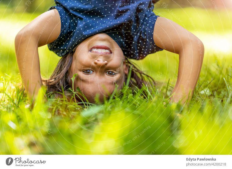 Kind macht Handstand im Park Menschen Mädchen kleines Mädchen Kinder Kindheit im Freien lässig niedlich schön Porträt Lifestyle elementar Freizeit Vorschule