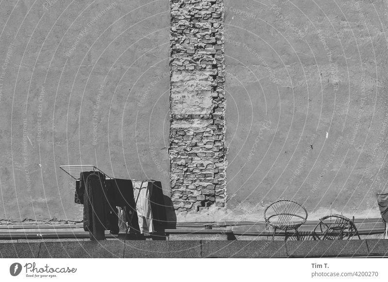 ein Wäschetrockner mit Wäsche steht auf einem Dach in einem Hinterhof in Berlin Prenzlauer Berg trocknen Hof s/w roof Fassade Menschenleer Stadt Stadtzentrum