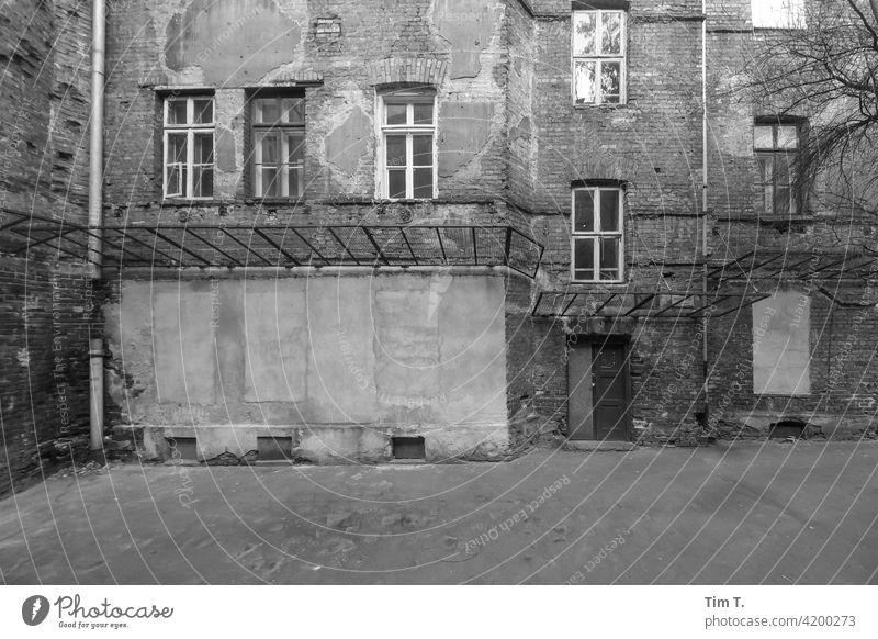 ein alter Hinterhof in der Altstadt von Warschau s/w Schwarzweißfoto Polen Stadt Architektur Außenaufnahme Menschenleer Stadtzentrum Tag Fenster Bauwerk Fassade