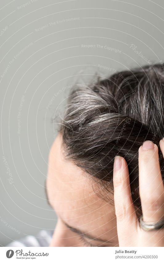 Verheiratete vierzigjährige Frau fummelt mit ergrauendem Haar Behaarung Haarpflege natürlich wachsen auswachsen Farbstoff farbstofffrei Quarantäne Silber frisch