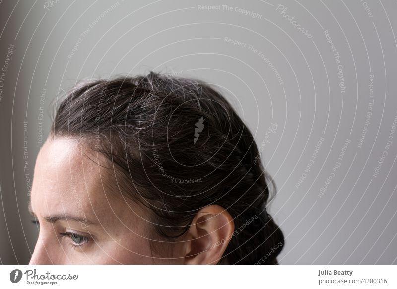 40-jährige Frau umarmt natürliche Haarfarbe; graue Haare wachsen in der COVID-19-Ära langsam ein Behaarung Haarpflege auswachsen Farbstoff farbstofffrei