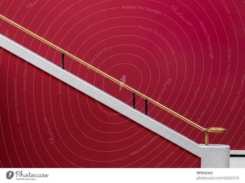 Hier sind selbst die Treppengeländer edel und sehenswert Geländer Gold rot klassisch Saal Ausstellung Kunst elegant gediegen greifen Proportionen Wand hinauf