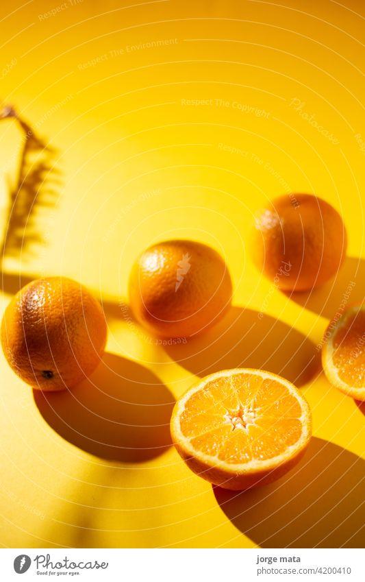 Orangen im Frühling mit gelbem Hintergrund Lebensmittel Frucht Frische saftig Vitamin Zellstoff frisch Farben Nährstoffversorgung Zitronensäure fruchtig